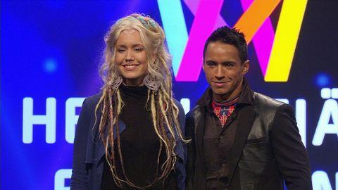 de två artisterna framför Mello-fond