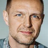 SJF:s ordförande Jonas Nordling och dokumentärfilmaren Roozbeh Janghorban.