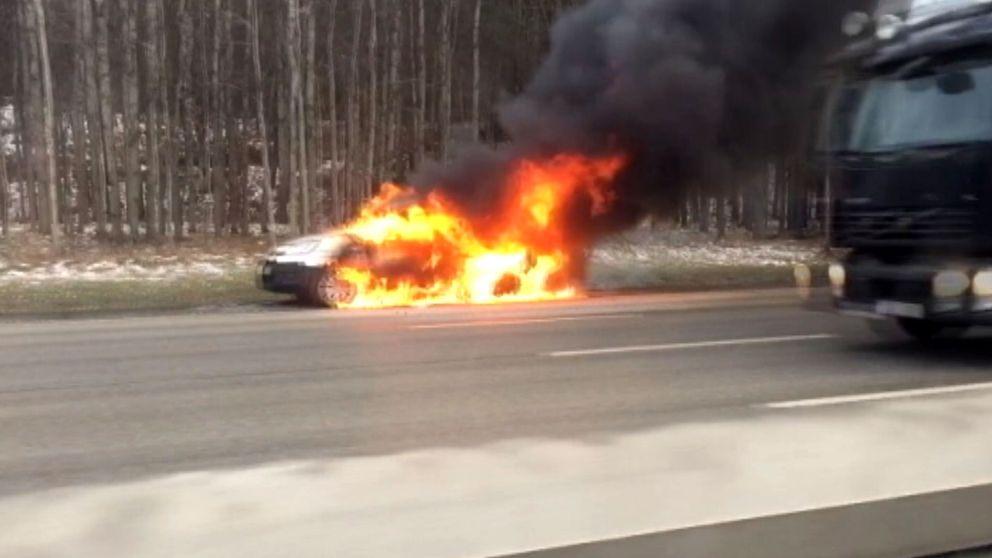 Bil i brand på E4