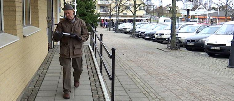 Bengt Lindman går och tittar på sina nyhämtade broddar