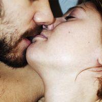 Par som kysser varandra.