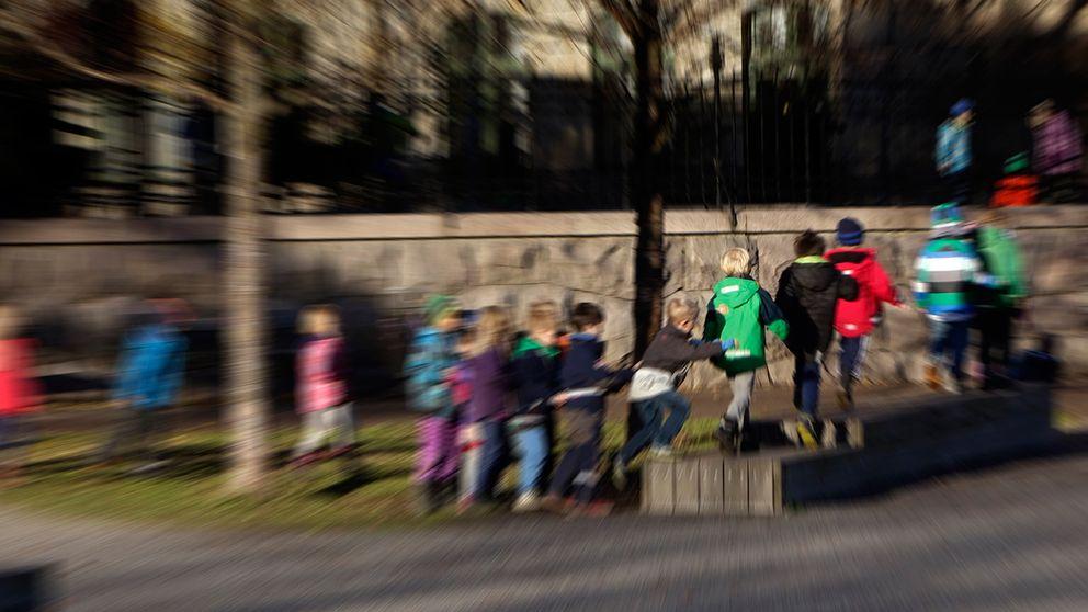 Barn som leker på skolgården.