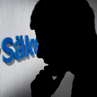 Skuggad profilbild av en man som har ena handen under hakan. Till vänster i bild logotypen för Säkerhetspolisen.