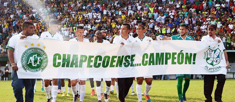 Ett Honduras-lag hyllar Chapecoense och kallar dem för mästare.