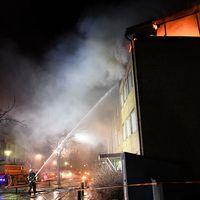 Flera personer har förts med ambulans till sjukhus i samband med en lägenhetsbrand i Upplands Bro, norr om Stockholm.