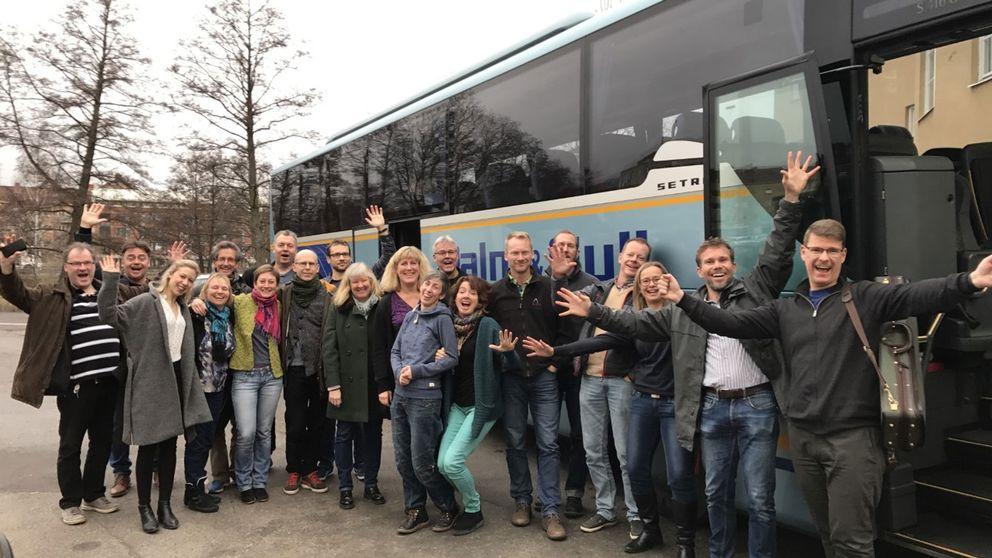Personer från Svenska Kammarorkestern utanför en buss