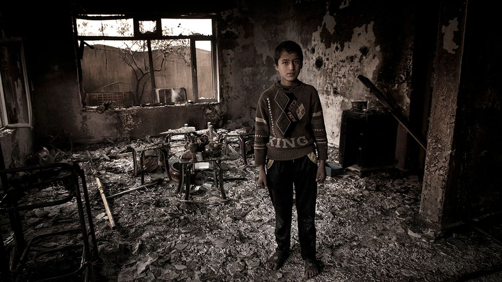 Yassir står i vad som en gång var familjens hus. Islamiska staten förstörde allt innan de flydde.