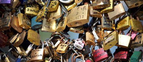 Kärlekslåsen i Paris togs ned för mer än ett år sedan.