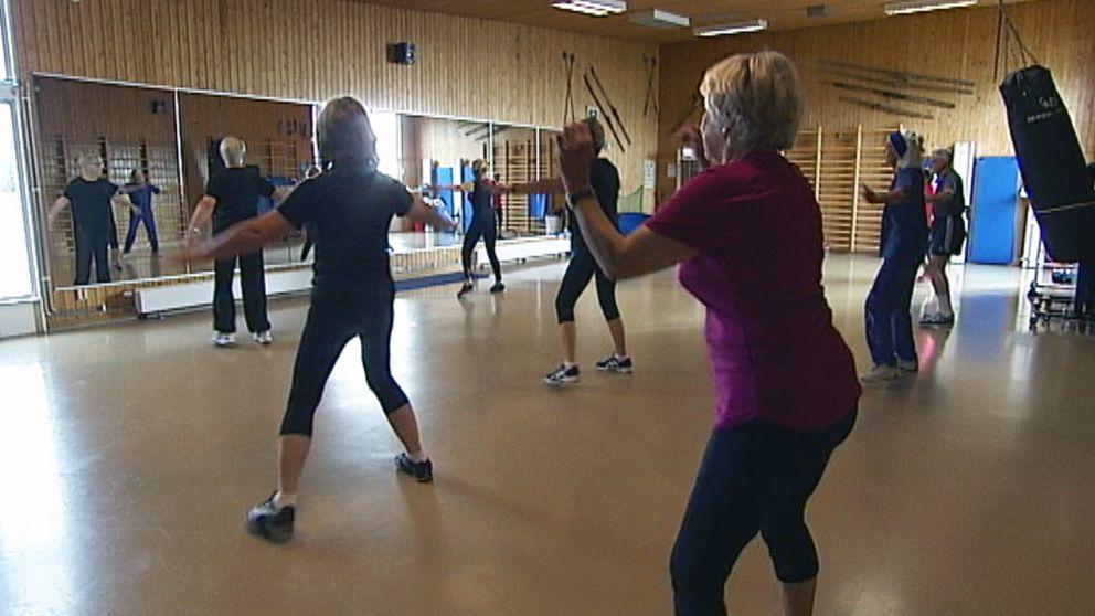 Äldre som gympar inne i en sal på Skutbergets motionscentral i Karlstad