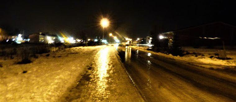 En bild på ishalka längs en väg i Svenstavik.