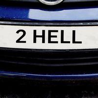 """Bildmontage på en nummerplåt med texten """"2 HELL"""""""