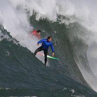 Chris Bertish (i blått) under en surfingtävling i februari i år.