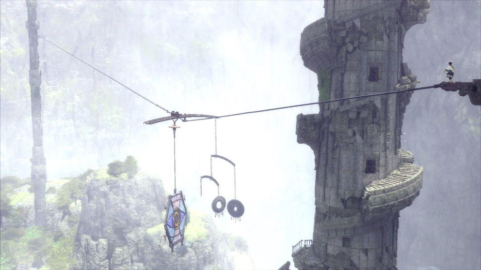Pojken balanserar på en lina högt över marken.
