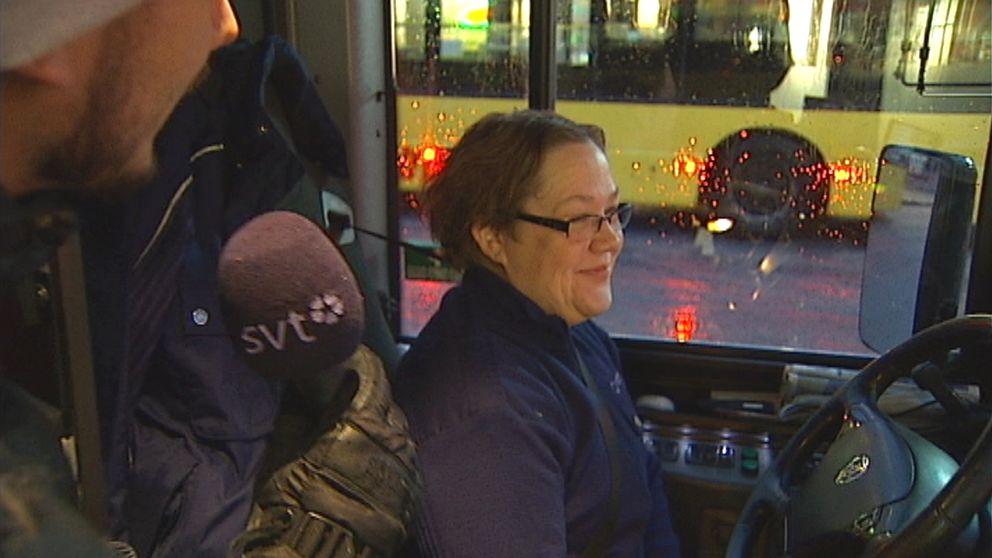 kvinnlig chaufför i buss