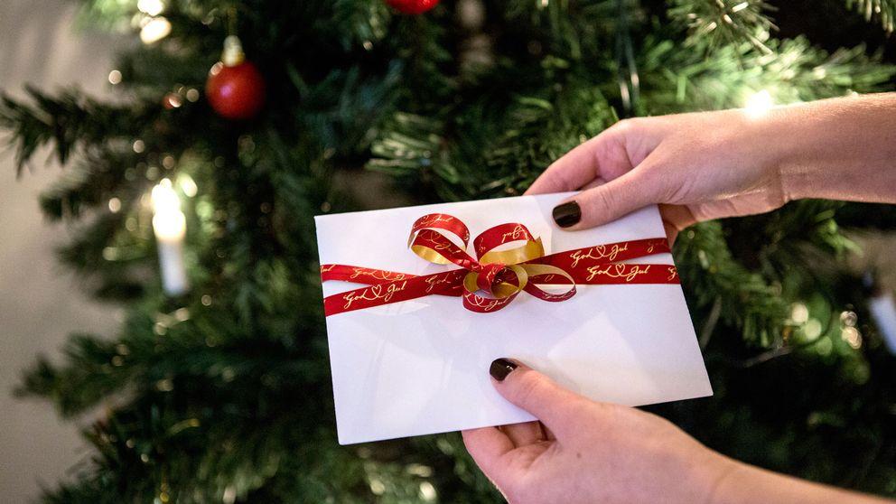 De senaste åren har allt fler valt att köpa välgörenhetsjulklappar i form av gåvokort. Här ett gåvokort framför en julgran.