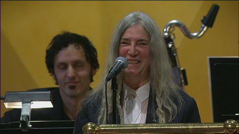 Patti Smith tolkar Dylan under Nobelprisutdelningen.