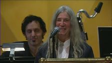 Patti Smith tolkar Dylan under Nobelprisutdelningen.