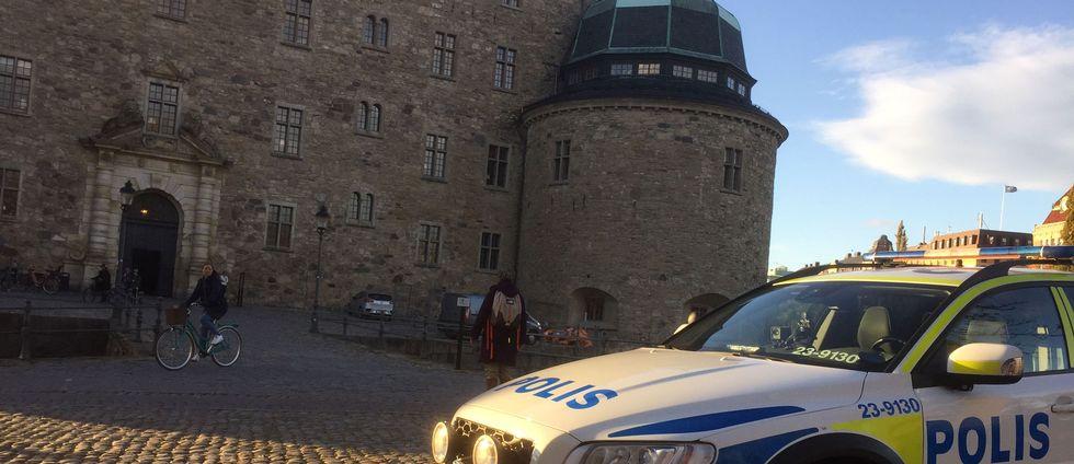 En polisbil framför slottet
