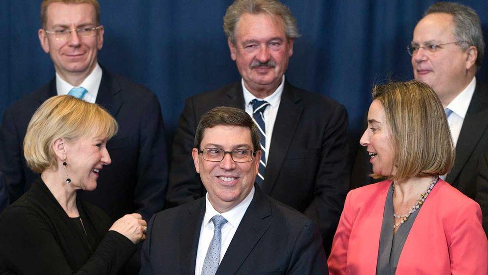 Kubas utrikesminister Bruno Rodriguez (främre raden mitten) flankerad av Sveriges utrikesminister Margot Wallström (till vänster) och EU:s utrikeschef Federica Mogherini.