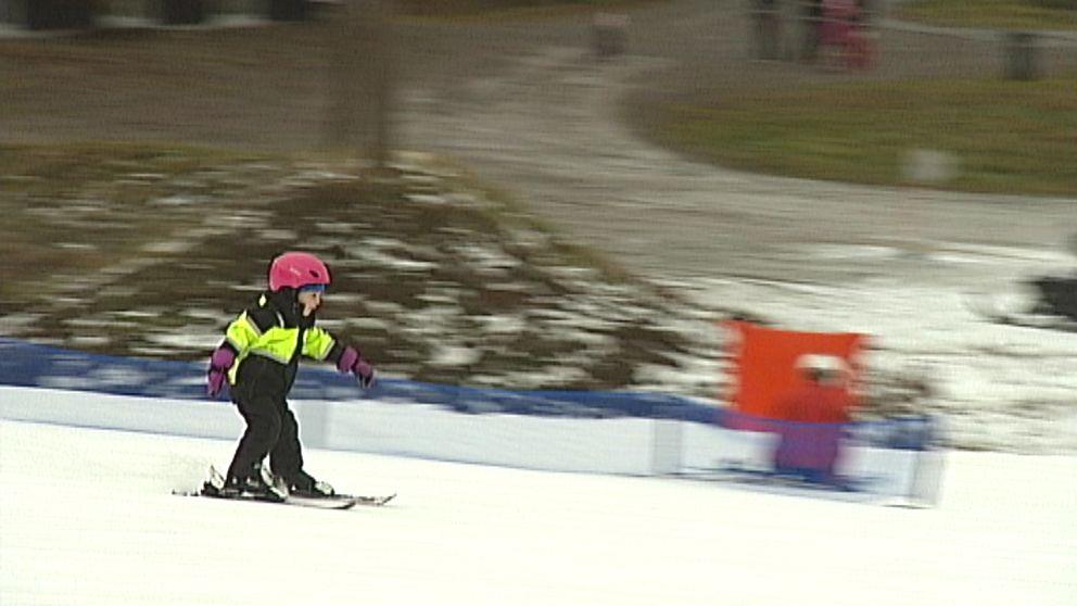 barn åker skidor tolvmannabacken Kisa Östergötland