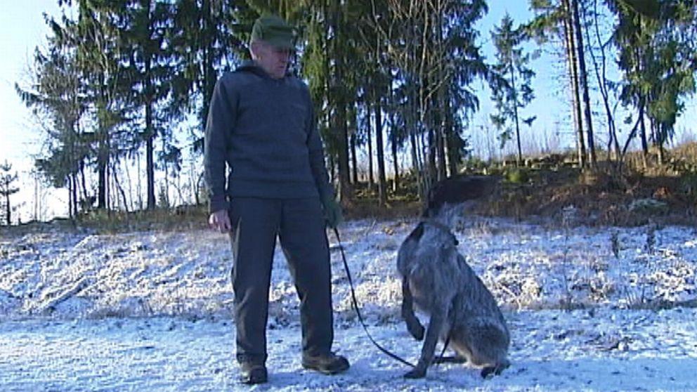 Jägaren Gerold Berg med sin jakthund