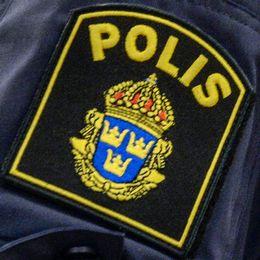 Polisemblem på en arm