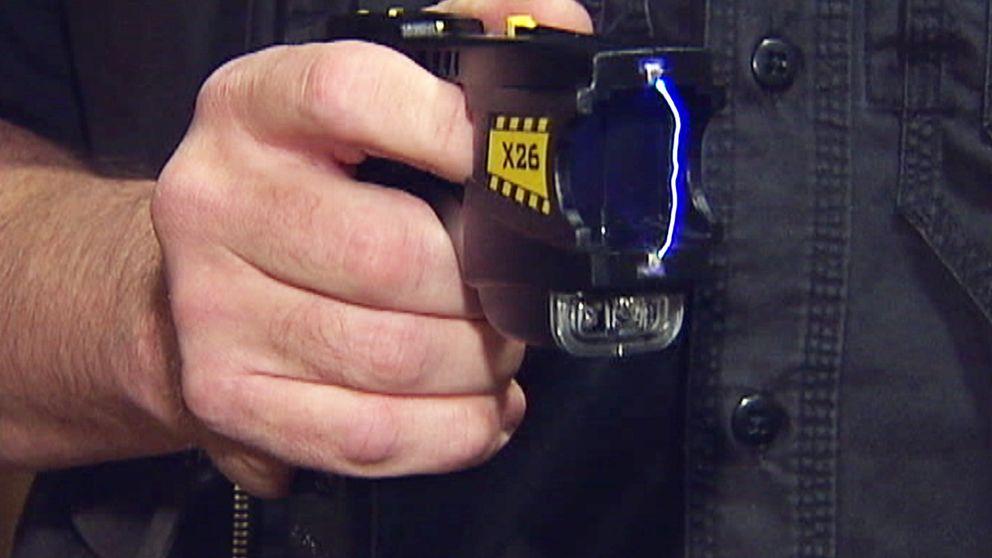 Efter flera år av påtryckningar ska svensk polis nu utrustas med elpistol.