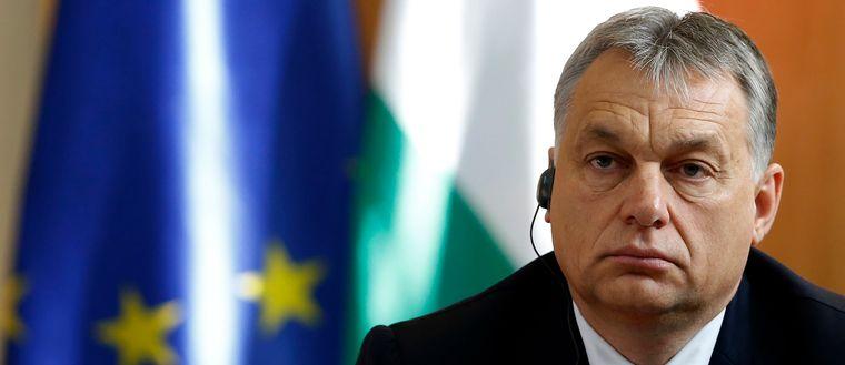 Ungerns regering, med premiärminister Viktor Orbán i spetsen, anklagas för flathet av oppositionen.