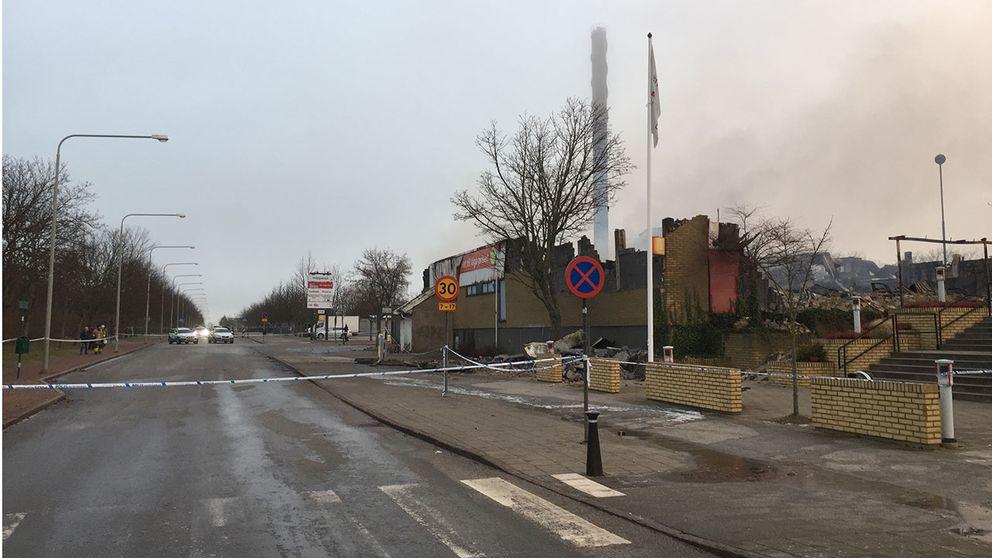 Butiksbyggnad förstördes i brand.