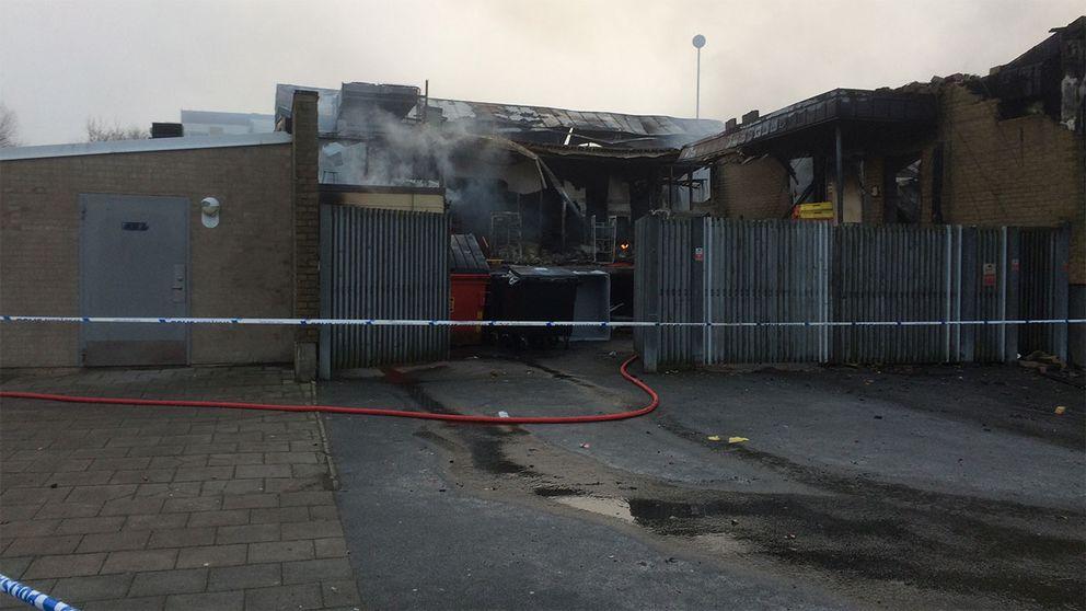 Räddningstjänsten eftersläckte branden fram till klockan 9 på onsdagsmorgonen.