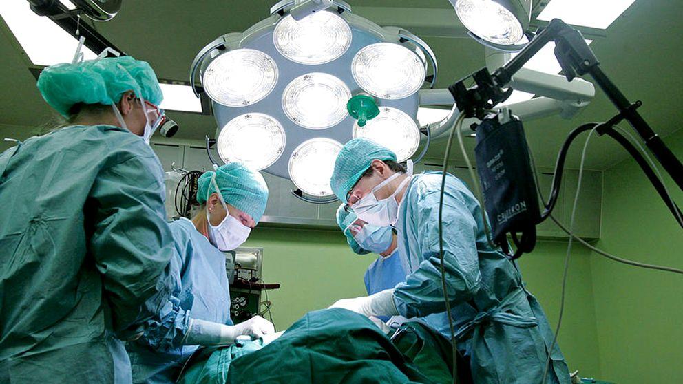 Läkare vid operation