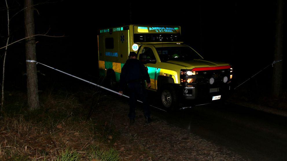 Ambulans på skogsväg i mörker