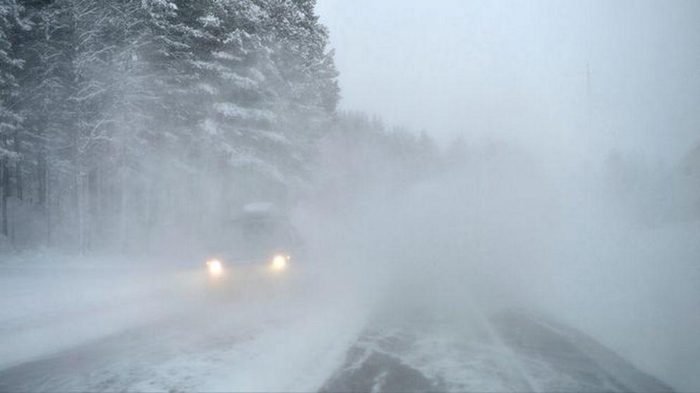 bil på väg i snörök