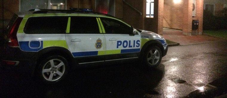 Polisbil utanför bostadhus.