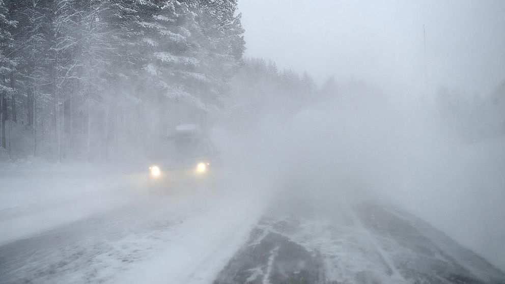 En snöig väg.