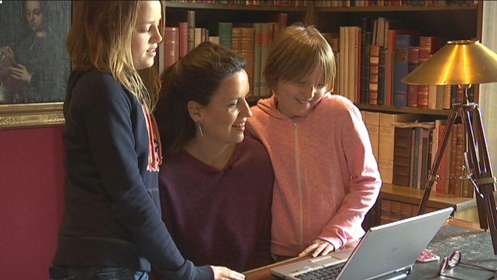 Alexandra von Schwerin tillsammans med barn framför en datorskärm