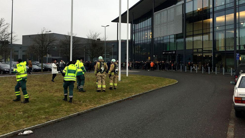 Ambulanspersonal utanför SVT:s lokaler i Göteborg.