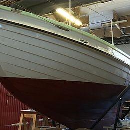 Den åtta meter långa sjövärnskostern Lunkentuss som seglades jorden runt i början av 1960-talet står fortfarande kvar i en lagerlokal i Ortviken. Var den ska ställas ut – och när – är fortfarande höljt i dunkel.