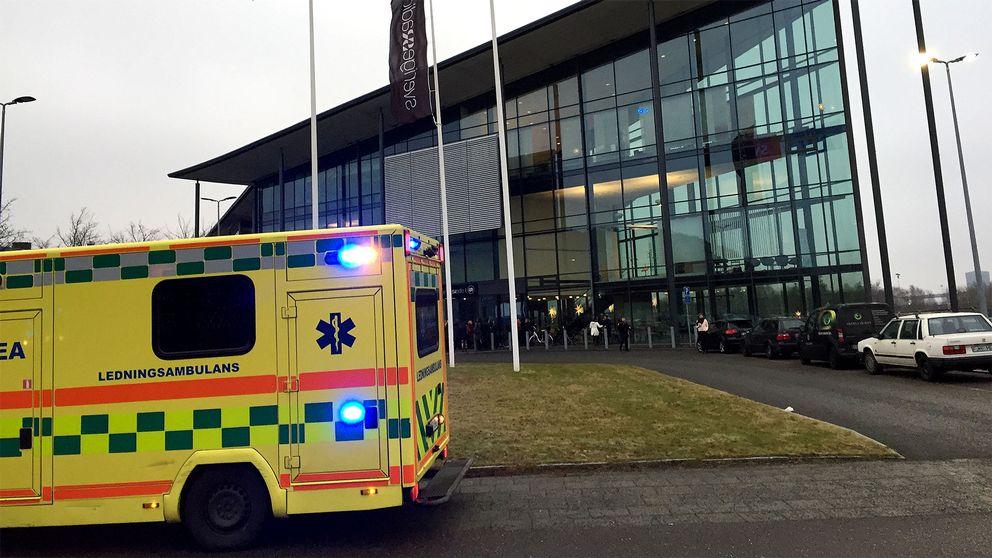 Ambulanspersonal tog hand om tre personer som varit i kontakt med pulvret.