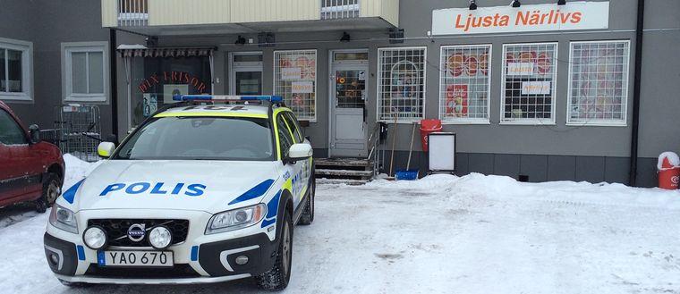 En butik rånades på lördagskvällen i Johannedal, Sundsvall. En rånare greps på plats - den andre är fortfarande på fri fot.