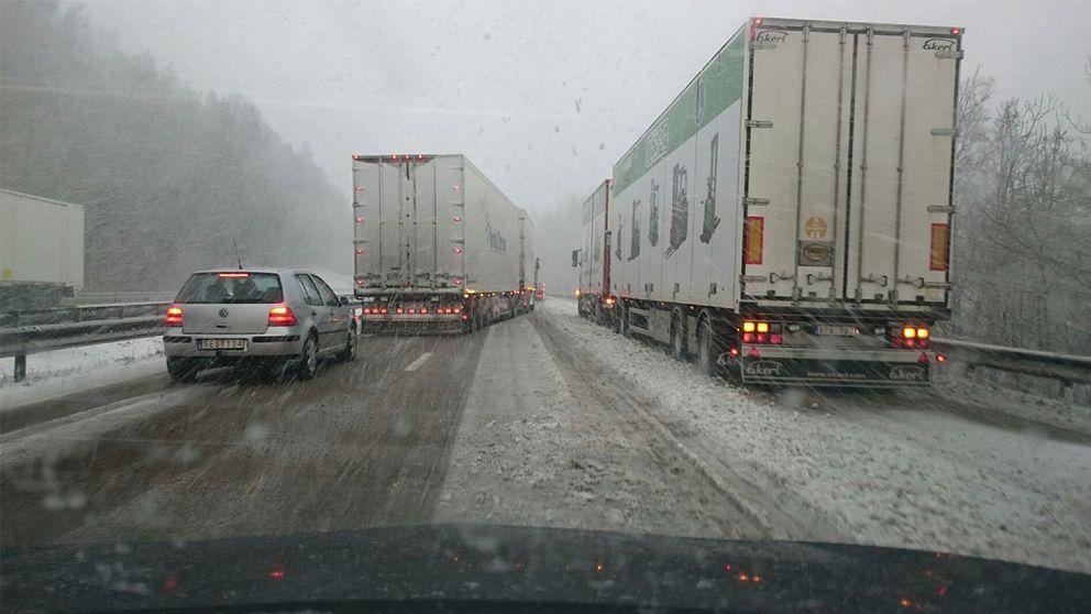 Lastbilar kör fast på Hallandsåsen.