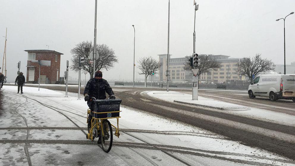 Brevbärare trotsar snövädret i Malmö