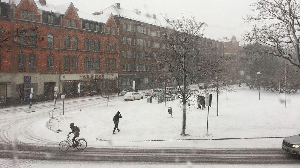 Cyklister trotsar snön i Lund