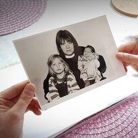 """Elin Lönnhager, 28, håller i ett fotografi på hennes mamma som dödades av """"Aspa-mannen"""". Det bestialiska mordet skedde i en stuga i Aspa där hon torterades till döds under en längre tid."""