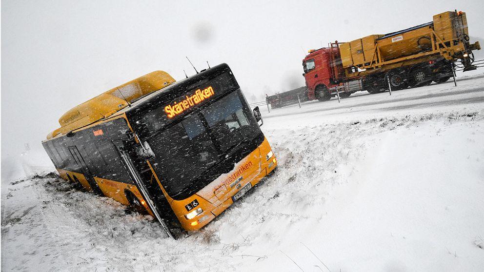 Buss gick av vägen utanför Dalby