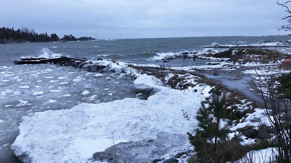 Det går höga vågor ute vid kusten i Obbola.