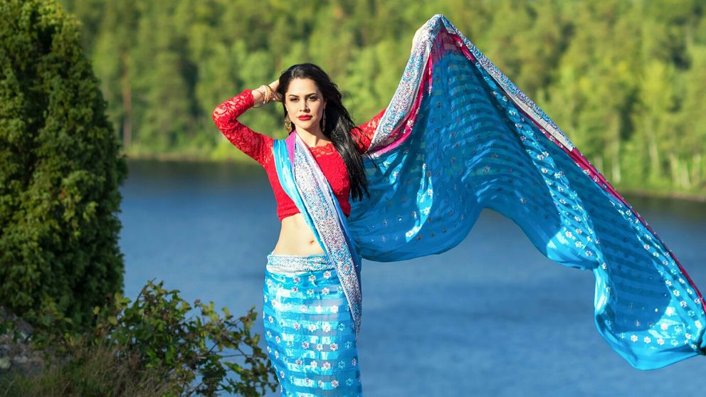 Leya Moaser i färgglad Bollywood-dräkt