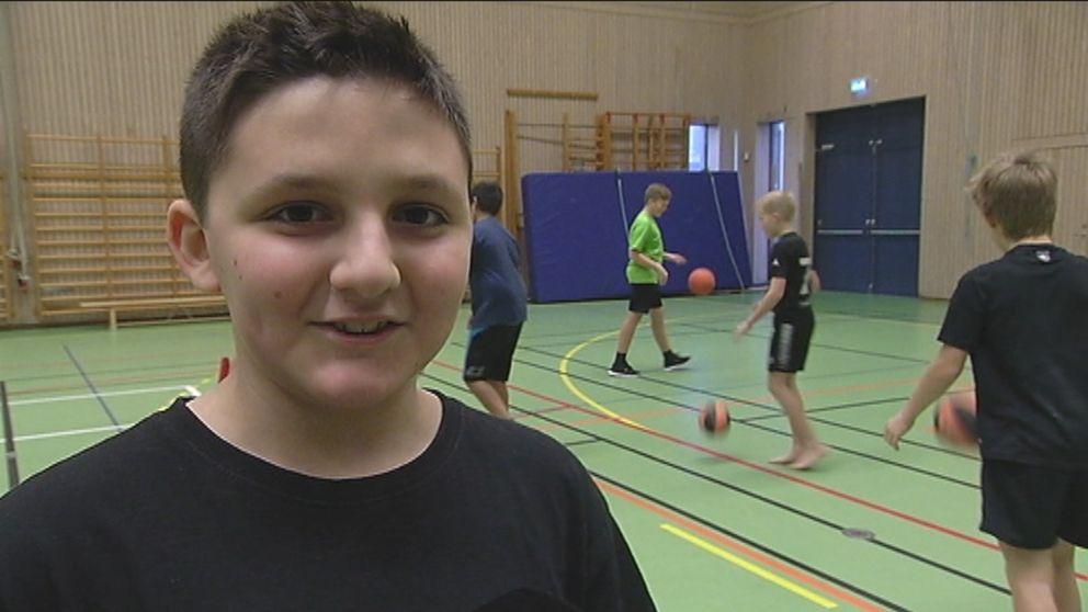 Sebastian Kjellberg gillar idrotten på skolan.