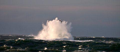 Det blåste kraftigt också längs Västkusten. Här Väcker fyr.