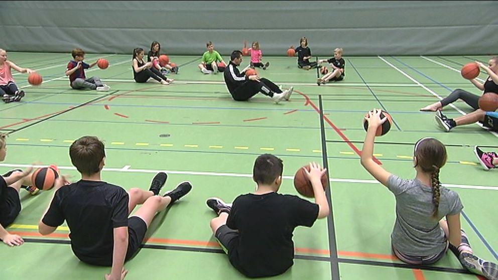 Resultatet av forskningen visade att killar som har idrott varje dag får bättre behörighet till gymnasiet. Och tjejerna blir starkare i benen.